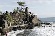Pura Batu Bolong, Wisata Spiritual Pesisir Pantai Lombok yang Menawan