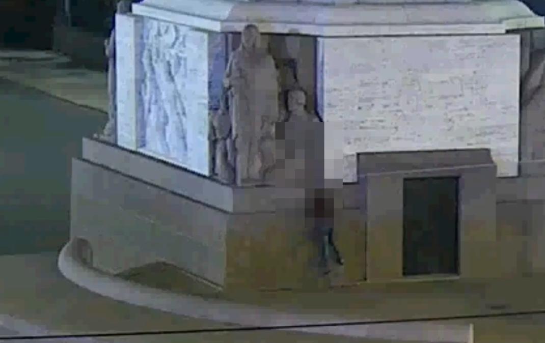 Vīrietis uzrāpjas Brīvības piemineklī un bēg no policijas