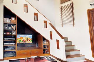 dekorasi ruang bawah tangga, menggunakan rak simple dan