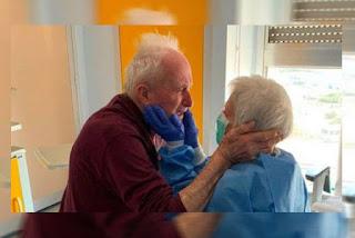 Casados há 52 anos, idosos vencem o coronavírus e abraço de reencontro viraliza