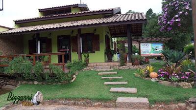 Construção de escada de pedra folheta sendo folheta com junta de grama esmeralda com execução do paisagismo com pedras ornamentais.