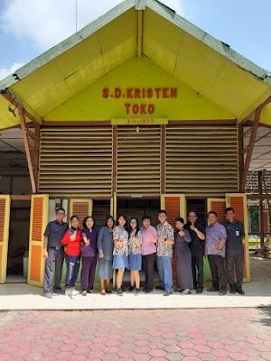 SMA Kalam Kudus Serahkan Persembahan BDC ke SD Kristen Toko