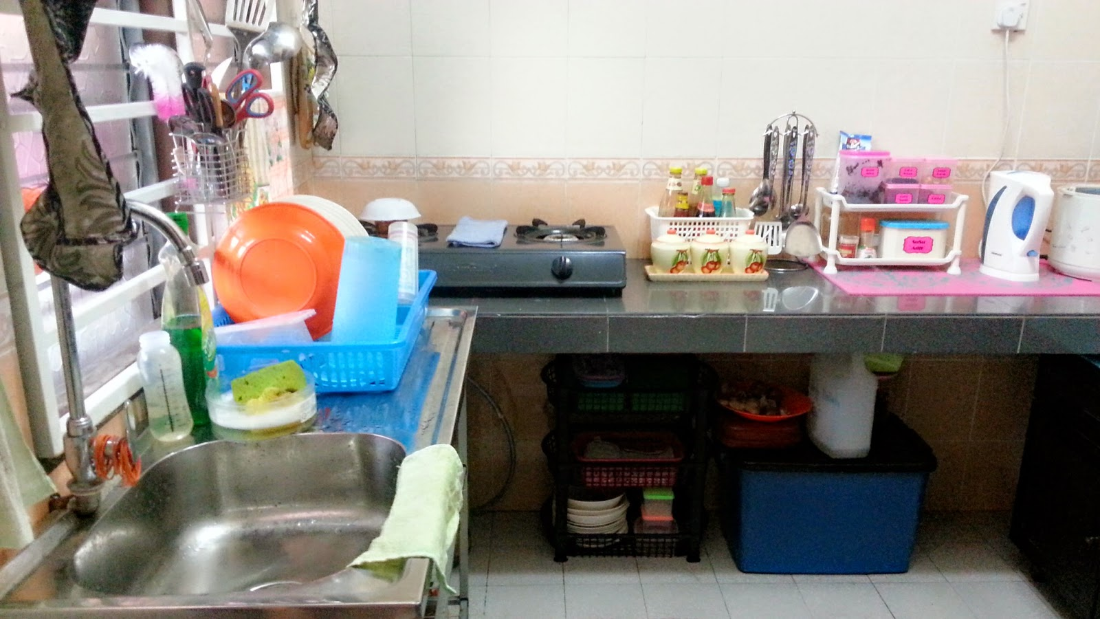 Ni Plak Pandangn Dari Ruang Makan Aku Sakit Mata Sebenarnyer Tengok Bawah Sinki Dengan Bahagian Tong Gas Tu Nampak Cam Bersepah Ajer Tak Pelah