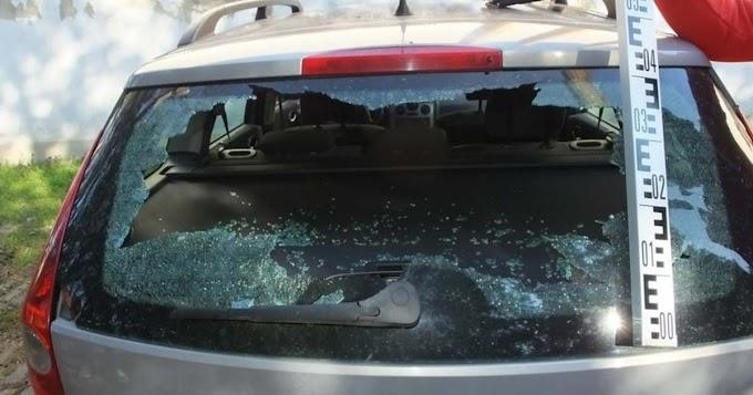 Parkoló autó ablakait zúzták be Debrecenben