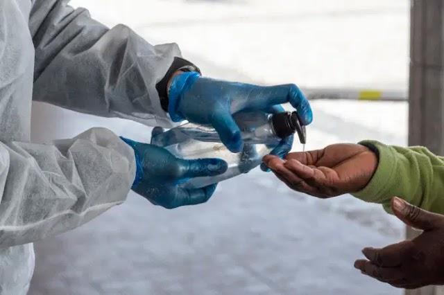Com falta de matéria-prima para álcool gel, empresa lança álcool spray