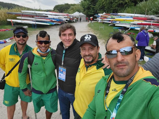 Cinco membros da delegação brasileira posam para foto