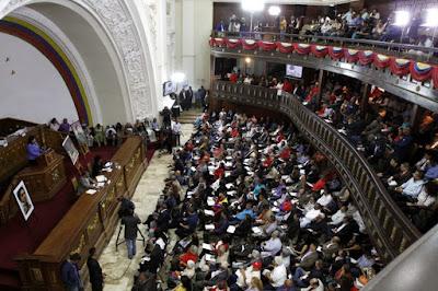 La constituyente cubana sesionará este sábado, a las 10 de la mañana, en el salón protocolar del Palacio Federal Legislativo, en Caracas.  Se trata de la cuarta sesión a lo largo de la semana, que el martes pasado aprobó un acuerdo en respaldo a Nicolás Maduro, ante las sanciones de Estados Unidos, y otro en apoyo a la Fuerza Armada Nacional Bolivariana.  Dos días  después, Maduro acudió a la ANC para expresar su apoyo a su propuesta que fue impuesta pese a contar con el rechazo de más de 7 millones de venezolanos.  Este viernes, Tibisay Lucena, Sandra Oblitas, Tania D'Amelio y Socorro Hernández acudieron también para reconocer al órgano impuesto, que las ratificó como rectoras del Consejo Nacional Electoral (CNE).  En la sesión también se propuso adelantar los comicios regionales, previstos para el 10 de diciembre, para octubre.
