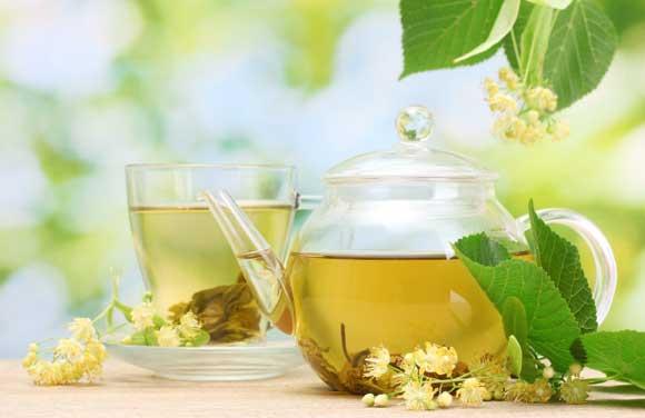 Липовый чай – отличный витаминный напиток , поможет при недомогании и согреет при переохлаждении.  Липовый чай с небольшим количеством меда укрепляет иммунитет и снижает риск подхватить инфекцию.