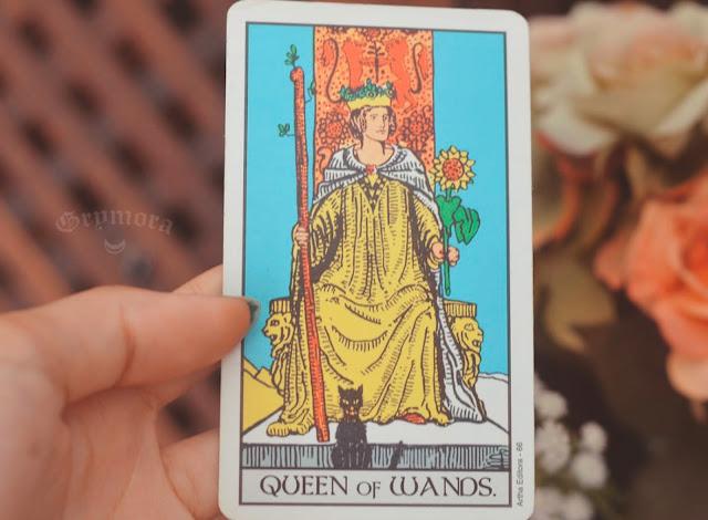 Saiba o significado da Carta Rainha de Paus no Tarot do amor, dinheiro e trabalho, na saúde, como obstáculo ou invertida e como conselho.