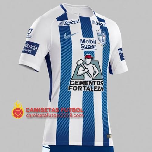 La nueva primera camiseta Pachuca 2017-2018 tiene tres franjas azules  verticales que incluyen un efecto de degradado en la parte delantera y  trasera c02d6816dadd9