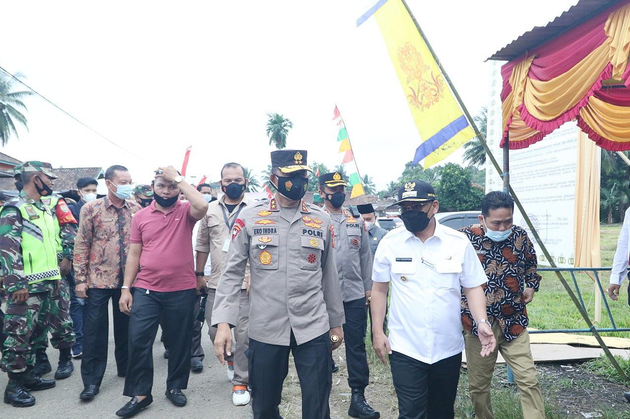 Bupati Muratara H. Devi Suhartoni (HDS) saat menyambut kedatangan Kapolda Sumsel Irjen Pol Prof Eko Indra Heri di Desa Karang Anyar