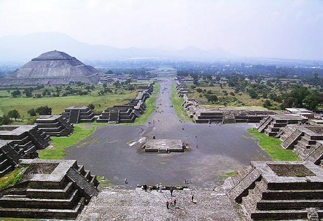 El año de su fundación varía, pero se estima que una civilización floreció aquí alrededor del año 500 a.C., aunque científicos creen que un incendio devastador en el siglo VIII destruyó lo que fue una de las ciudades más importantes a nivel político, social y comercial de Mesoamérica.