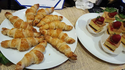 cheese croissant dan rasberry shortcake.