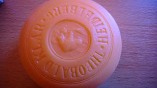 Die Seife ist Rund und hat eine Orange farbe