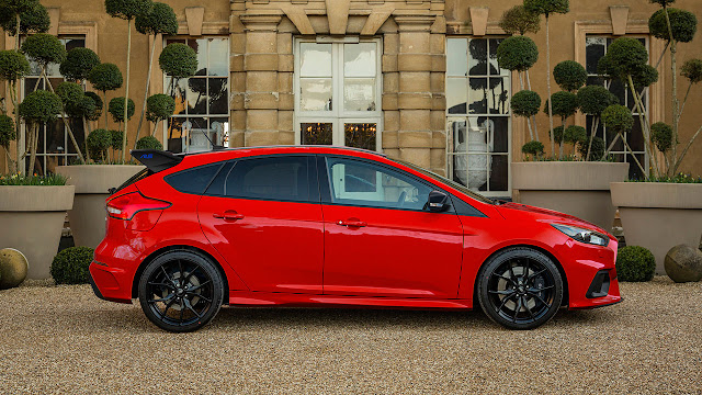 Red Edition features grey brake callipers behind black-cast alloys