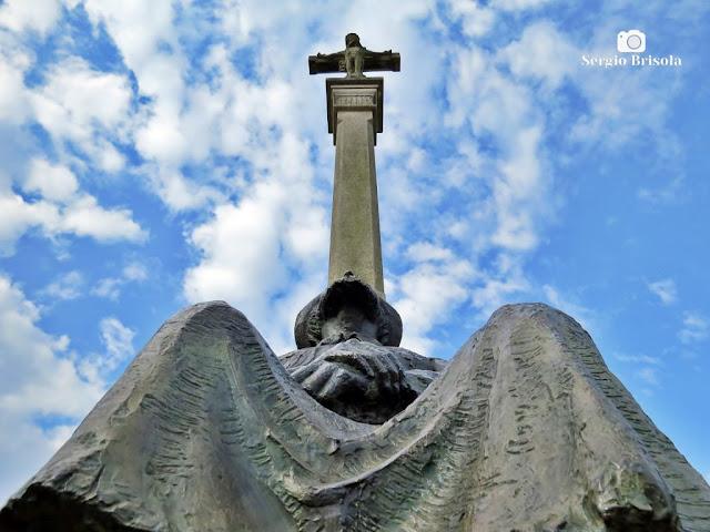 Fotocomposição com a Escultura O Peregrino em perspectiva inferior - Parque da Juventude - Santana/Carandiru - São Paulo