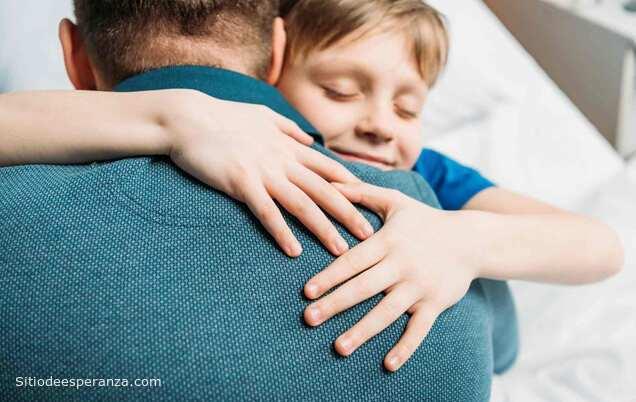 Niño abrazando a su padre - Honra a tus padres
