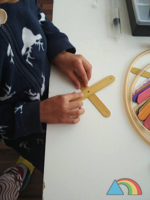 Presentación de los palitos de helado en forma de cruz para comprobar que los agujeros encajan