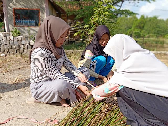Pembuatan Atap Gapura Taman Ceria KKN 90 Batangan