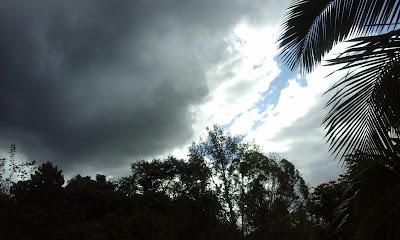 A foto mostra nuvens carregadas de chuva é sinal de forte temporais. É como se fosse um pedido da natureza hoje não é um bom dia para sair de casa, nada dará certo. Fique em casa, mas quem poderá prever, ninguém, somos seres humanos limitados.