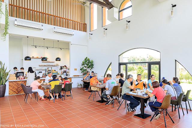 MG 8562 - 台中景觀餐廳推薦,獨棟好拍橘白洋房,落地大窗與大片草地好愜意,同時也是寵物友善餐廳!