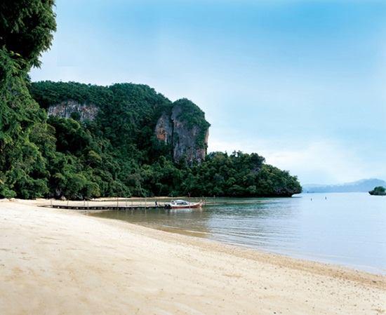 หาดคลองจาก ตั้งอยู่ทางด้านทิศตะวันออกของเกาะยาวน้อย มีบริการทัวร์ไปเที่ยวหมู่เกาะรอบเกาะยาวน้อย เช่น เกาะห้อง หมู่เกาะพีพี