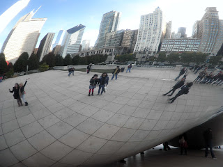 i riflessi sulla superficie d'acciaio del Cloud Gate di Chicago