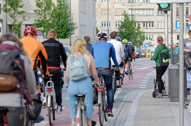 Pessoas se deslocando de bicicleta
