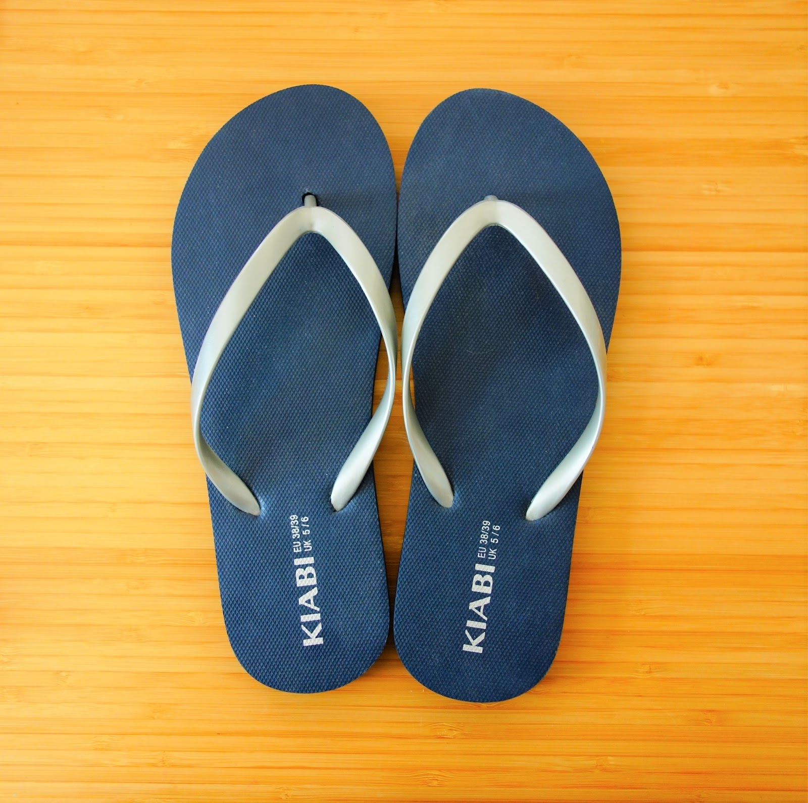 sur des pieds à meilleur pas cher en arrivant Initiales GG ... : Mes tongs customisées version grand bleu