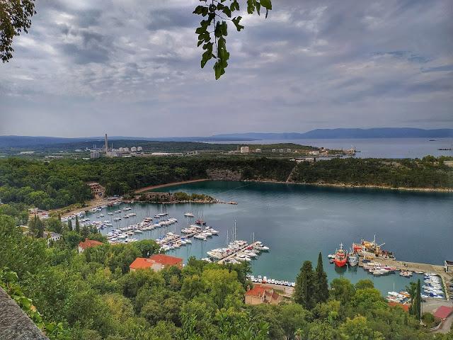 widok na port jachtowy w Omisalj na wyspie Krk