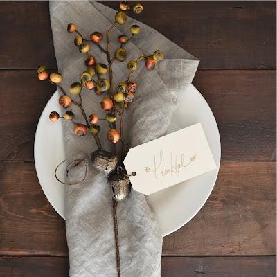 Plato, servilleta, tarjeta de agradecimiento y detalle de bayas