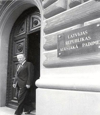 Август 1990 года. Рига. Председатель Верховного Совета РСФСР Ельцин выходит из здания Верховного Совета Латвийской Республики