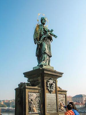 Статуя святого Яна Непомуцкого в Праге