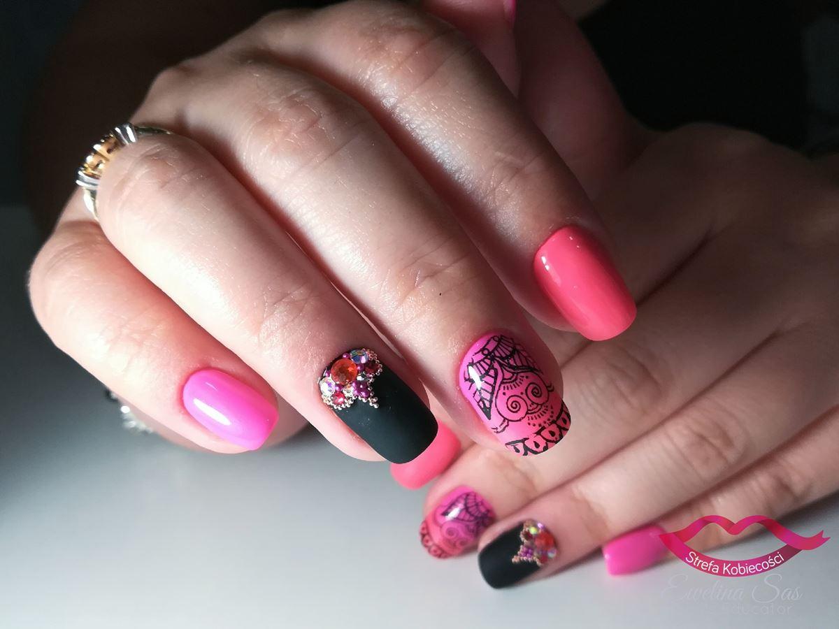różowo czarne paznokcie