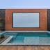 Área de lazer com telão no muro da piscina - inspiração para assistir lives!