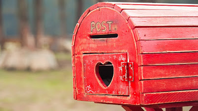 Folhetos de imóveis entregues em caixas de correio