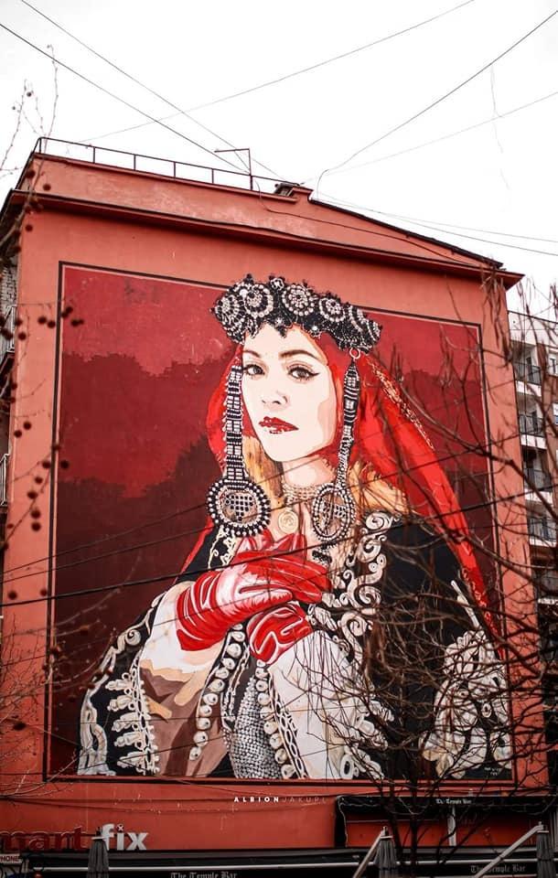 Rita Ora felice per il murale con il costume nazionale che si sta realizzando a Ferizaj