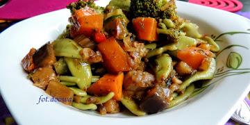 Szpinakowy makaron z kolorowymi warzywami
