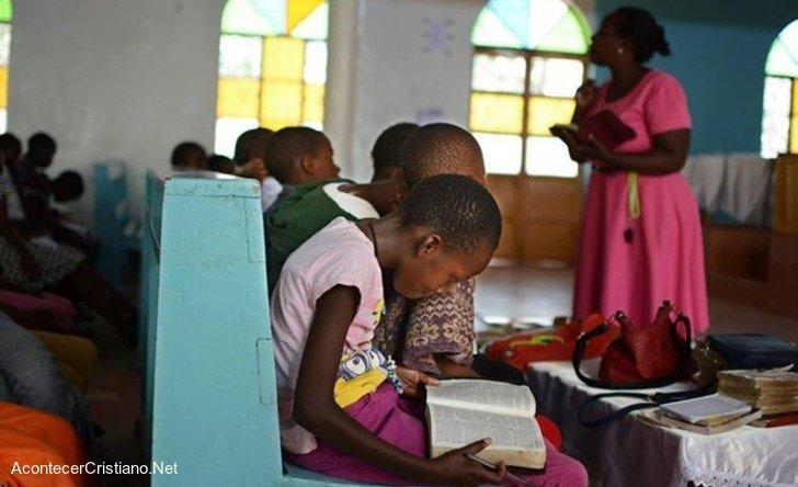 Niños ugandeses estudiando la Biblia