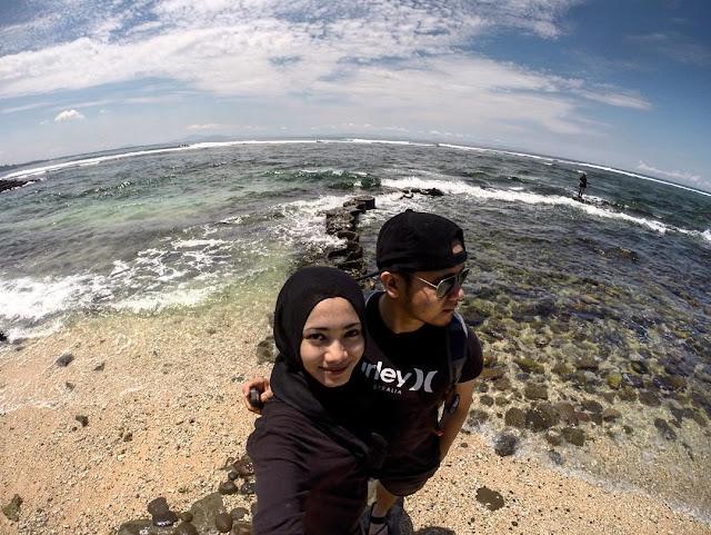 foto selfie di pantai senggigi lombok