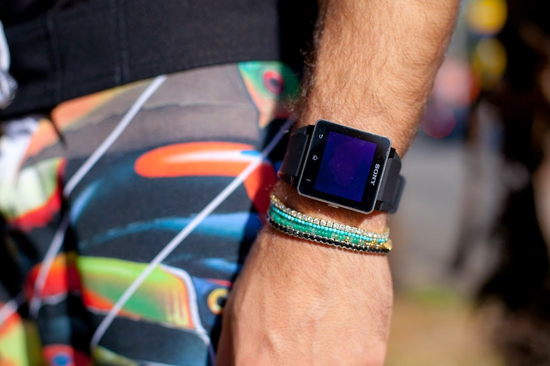 como combinar relógio smart no verão 2015