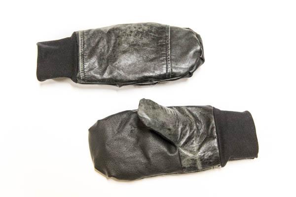Mustat rukkaset vanhasta nahkatakista