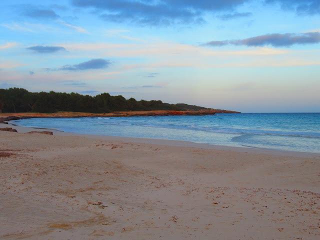 von Sa Coma aus hat man einen traumhaften Blick auf die Halbinsel Punta de n'Amer auf Mallorca Balearen Europa