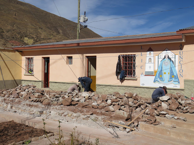 Eine Plattform im ersten Pfarrhaus war eingebrochen. Diese wird neu zementiert. Pfarrkirche und Pfarrhaus von Esmoraca müssen dauernd gewartet werden