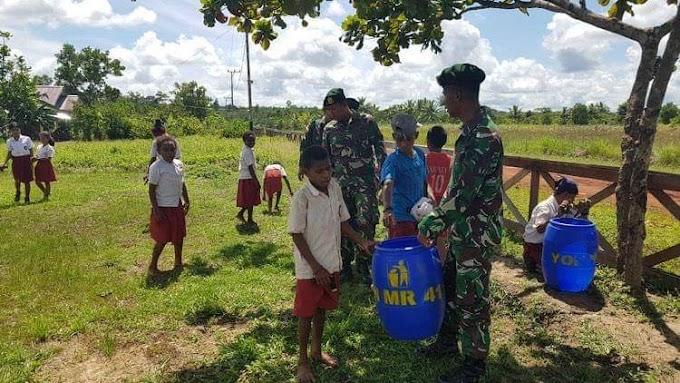 Prajurit TNI Ajarkan Pelajar di Perbatasan RI-PNG Cinta Kebersihan Lingkungan