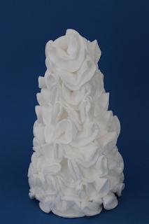 DIY-Basteltipp für einen kleinen, dekorativen Weihnachtsbaum aus einem Styroporkegel und Wattepads von Ars Vera.