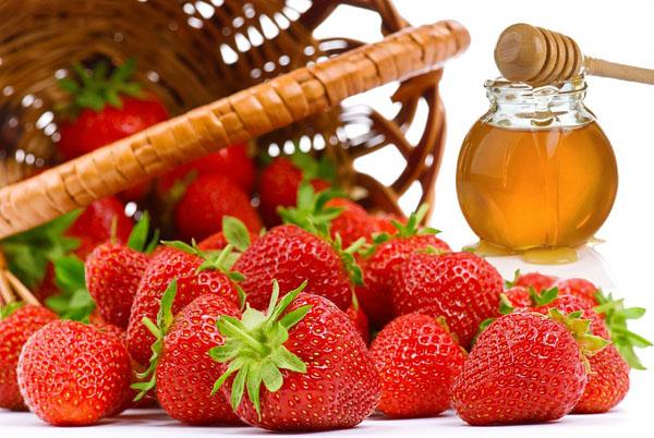 Nâng cơ săn chắc da hiệu quả cùng mật ong và dâu tây