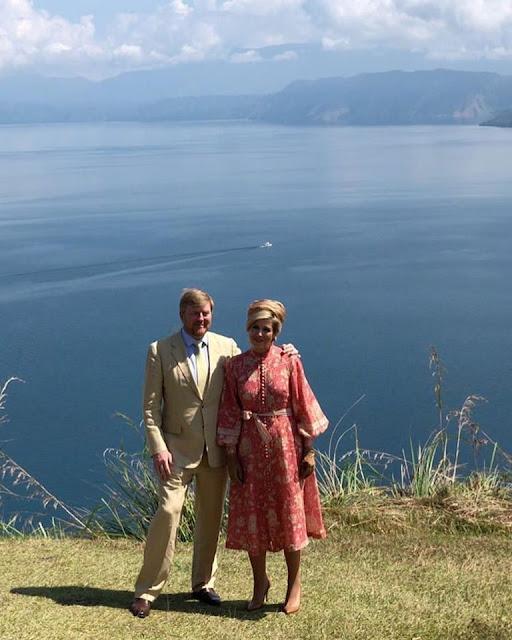 Raja dan Ratu Belanda Berfoto Latar Danau Toba