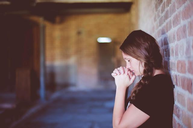 mulher a orar