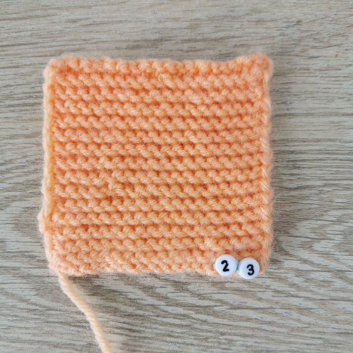 Point mousse indéformable au tricot, vue de face, par Chat Tricote Par Ici, Hello c'est Marine